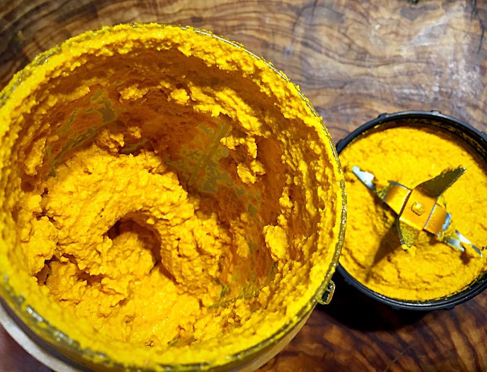 Das offene Mixgerät mit gelb-oranger Paste darin