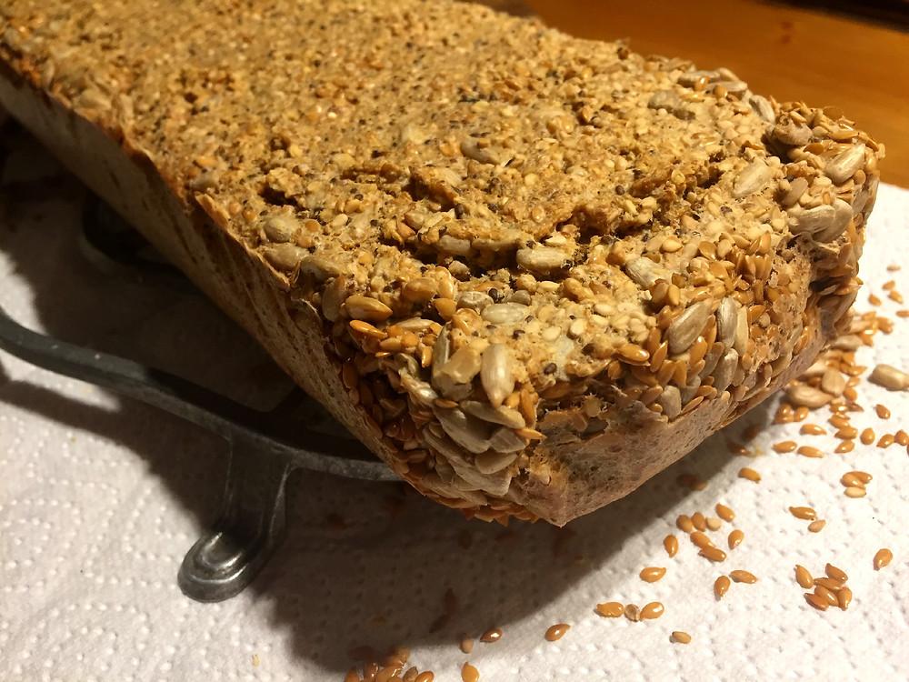 Brot mit Samenkernen auf Abkühlunterlage