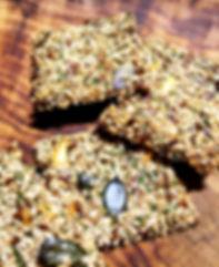 Kräcker aus Samen auf Holzbrettchen