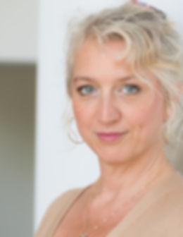 Blonde Frau, strahlend und freundlich