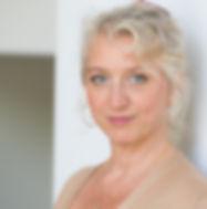 Sandra Schneider, blonde Frau in den vierzigern, schön und strahlend