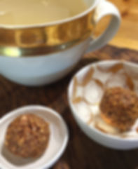 Zwei schöne Schälchen mit je einem Nussbällchen und eine Tasse mit Goldrand