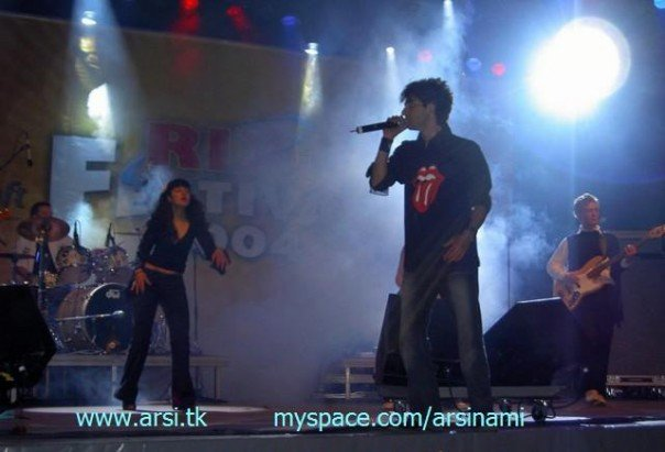 Arsi Nami on stage in Sweden