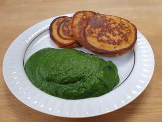 """Süßkartoffel-Pancakes mit Cremespinat"""