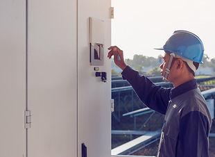 eletricista-trabalhando-verificar-e-insp