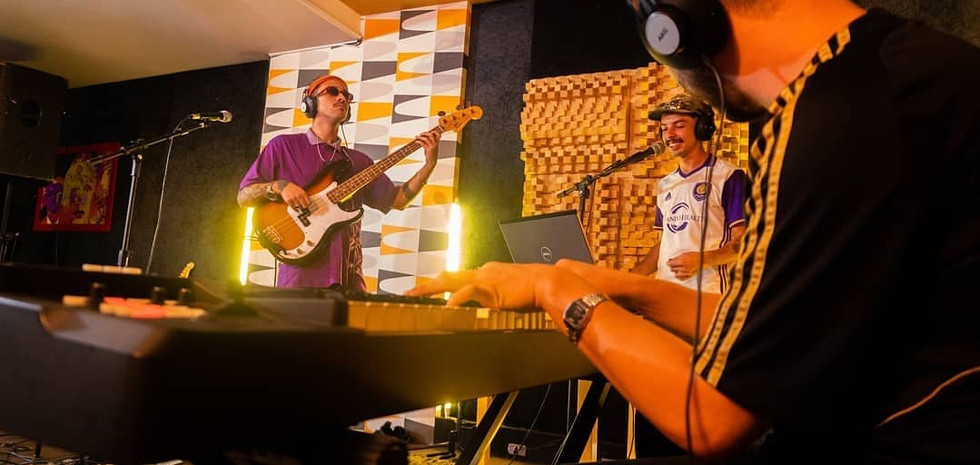 Marcus Zalves tocando o álbum Queda Pra Cima, no estúdio Mofo De Ouro.