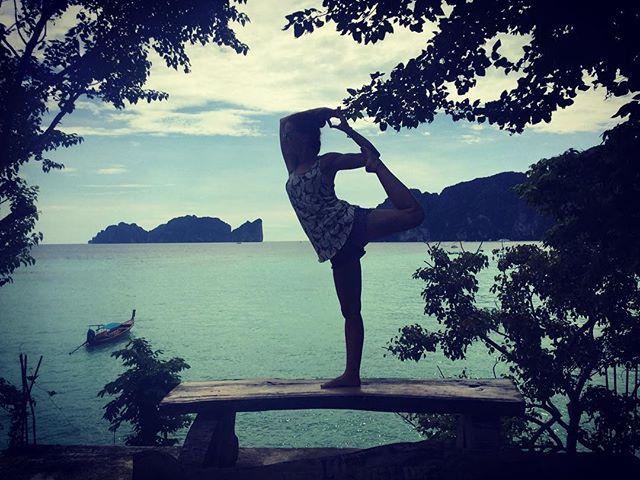 Aquela ilha lá atrás é a famosa _Praia_ 🌴😱😎💙 bem vindos a Phi Phi, aqui o calor é enorme, a roup