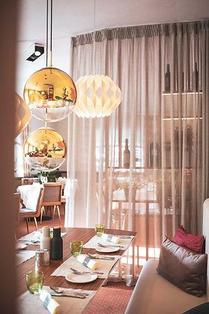 hotel-restaurant-ruhpolding-alpenhotel-wittelsbach-gillitzer-veranda-licht-design-tisch.jp