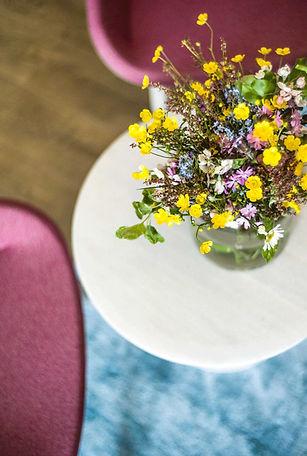 hotel-restaurant-ruhpolding-alpenhotel-wittelsbach-gillitzer-zimmer-frische-blumen-design-
