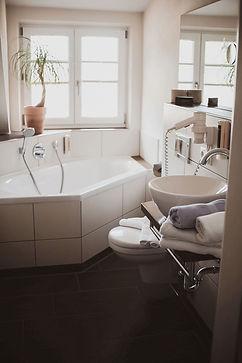 hotel-zimmer-alpenhotel-wittelsbach-ruhpolding-badezimmer-badewanne.jpg
