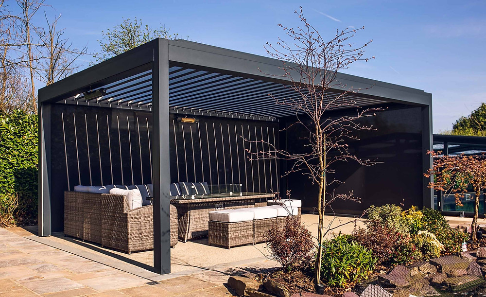 Pergola with rotating roof blades