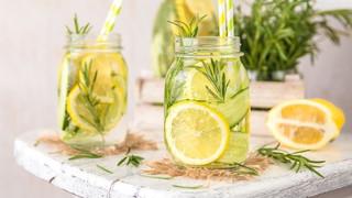 ¿El consumo de agua caliente con limón favorece la pérdida de peso?