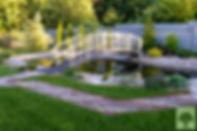 Красивый пруд в саду