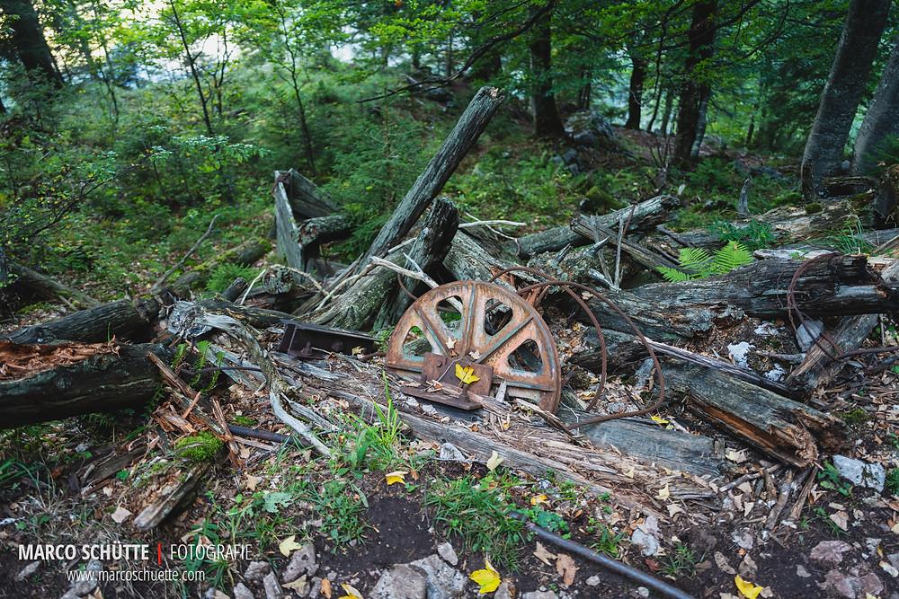 """Die Überreste der Bergstation der alten """"Steinbock-Seilbahn"""" am Röthsteig."""