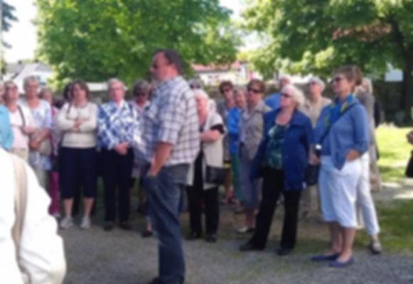 Gruppe med guide på Nes og Helgøy