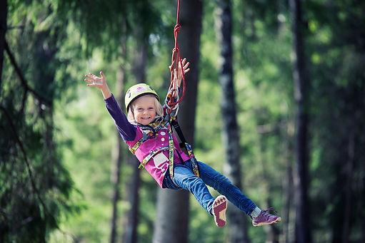 Jente i zipp line i Helgøya klatrepark