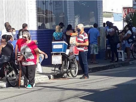 Idoso leva lanches para pessoas na fila do auxilio emergencial