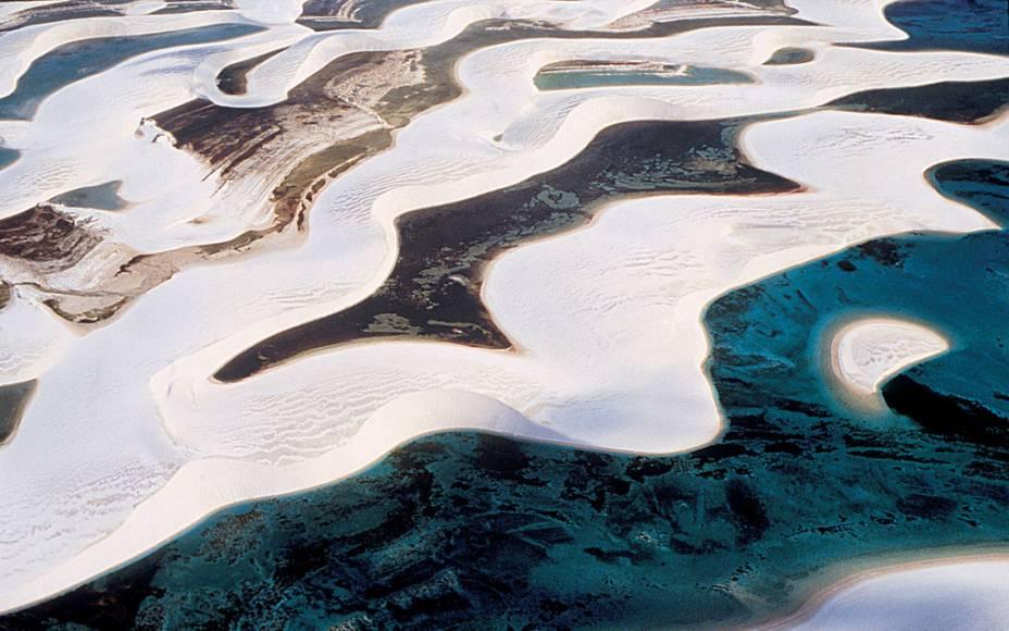 Os Lençóis Maranhenses (MA) compõem uma das paisagens mais cênicas do país, com uma área cercada por dunas, rios, lagoas e manguezais. A água cor de esmeralda revela a presença de pequenos peixes, que fazem companhia ao visitante que decide entrar nela  (Divulgação/Divulgação)