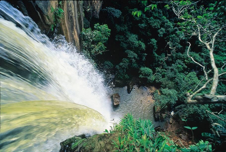 A Chapada dos Guimarães tem uma imponência de deixar qualquer um babando, com belas grutas, paredões e cachoeiras. A emblemática Cachoeira Véu de Noiva, cartão postal do Mato Grosso, impressiona com sua queda em um paredão de arenito (Valdemir Cunha)