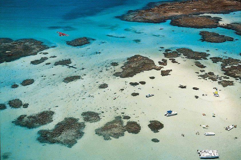 Maragogi (AL) é uma das grandes atrações do Nordeste que bombam durante o verão! As famosas Galés, que formam o maior conjunto de piscinas naturais do Estado, podem ser exploradas através de passeios de catamarã durante a maré baixa (Divulgação)