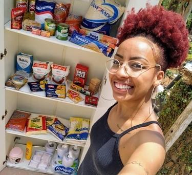 Jovem cria varal e armário solidários, com doação de roupas e alimentos em Cotia (SP)