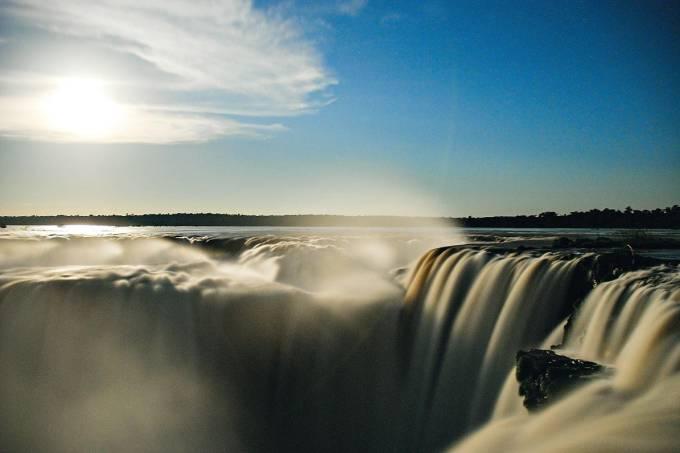 O cenário impressionante formado pelas Cataratas do Iguaçu (PR) encanta qualquer turista. Aliás, os visitantes parecem unânimes ao relatar o impacto da beleza formada pelas diversas quedas dágua que marcam o local. A estrutura do Parque Nacional do Iguaçu, vale ressaltar, é impecável