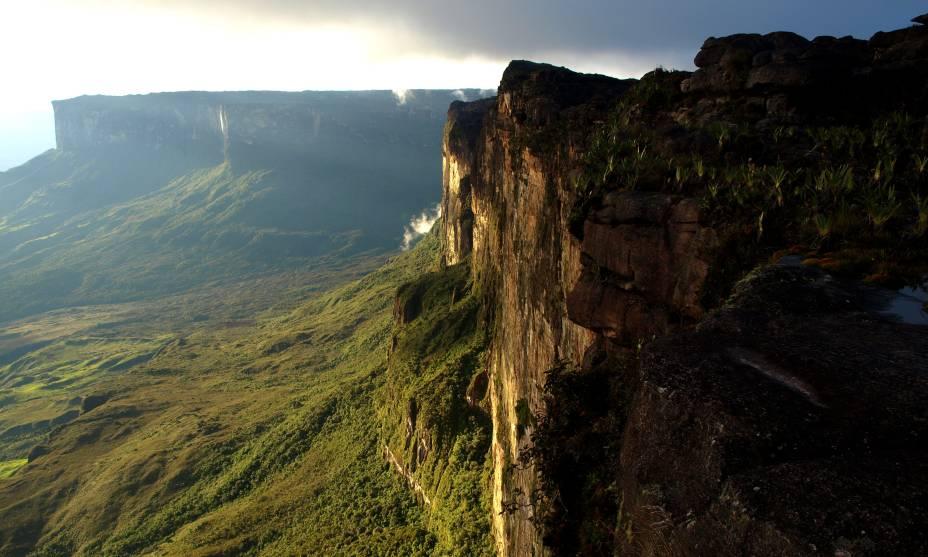 Imponente, misterioso e que já inspirou diversas histórias. Assim é o Monte Roraima, formado por enormes chapadas compostas por paredões de granito a uma impressionante altura de 2700 metros. Por aqui, os turistas gostam de se arriscar em atividades como trekking (Reprodução/Reprodução)