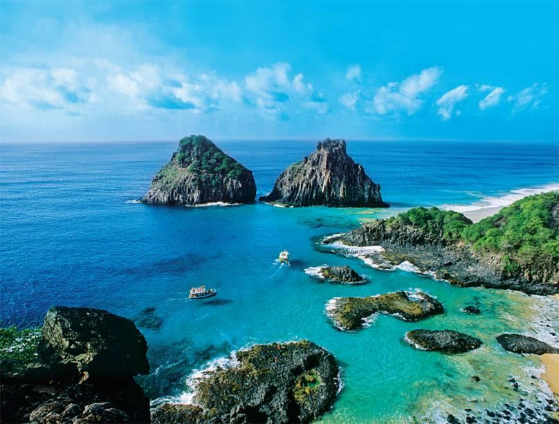 Fernando de Noronha (PE) é sempre um sonho! É aqui que fica a belíssima Baía dos Porcos, considerada como a melhor praia do Brasil! Ao longo se seus cem metros de extensão, é possível avistar a beleza do Morro Dois Irmãos, cartão-postal do destino (Divulgação/Divulgação)