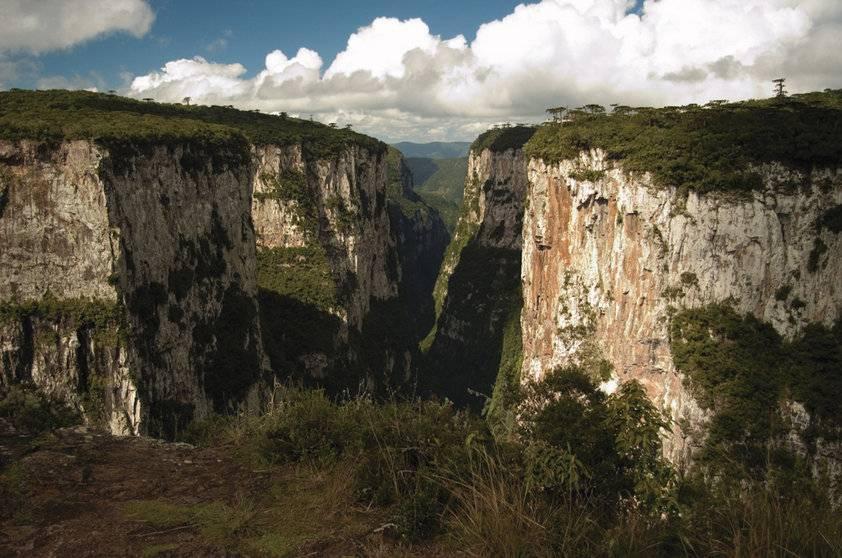 Paisagens brasileiras também são formadas por belos cânions! Em Cambará do Sul, o Cânion do Itaimbezinho, a grande atração do Parque Nacional de Aparados da Serra, é repleto de trilhas que conduzem a uma visão de tirar o fôlego (Marcelo Curia/Divulgação)