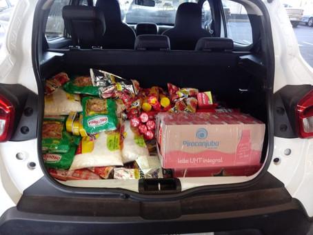 Grupo distribui marmitas e alimentos a famílias carentes