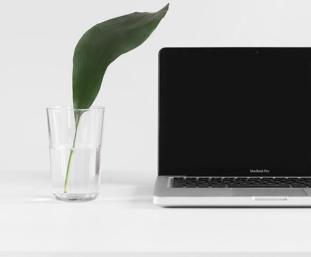 ordinateur travail maison freelance entrepreneur