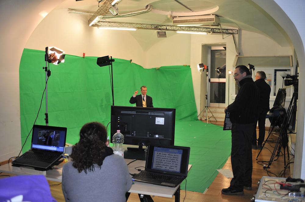 Di spalle Patrizia Sabatini, segretaria di edizione, di profilo Andrea Donato, regista e Andrea Lalle,  direttore della fotografia. Sul set Franco Zennaro.