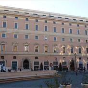 la facciata su Piazza di San Silvestro