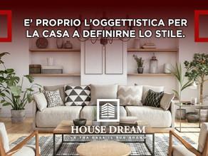 E' proprio l'oggettistica per la casa a definirne lo stile.