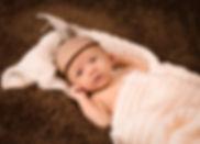 Neugeborenes lacht, Neugeborenenshooting aus Hilden