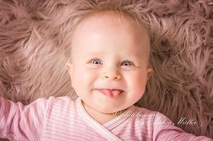 Baby streckt Zunge raus, Neugeborenenfotos aus Hilden
