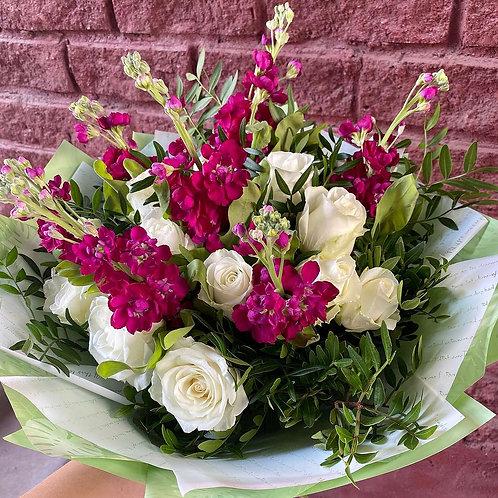 15 роз с маттиолой в оформлении