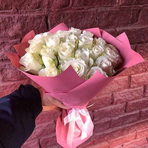 25 белых кенийских роз в оформлении