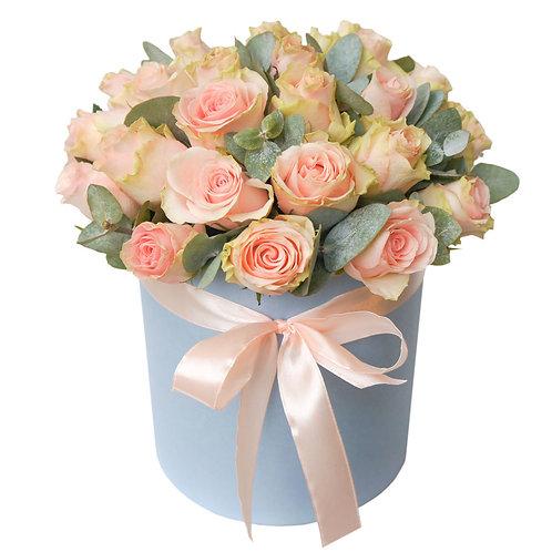 Букет в шляпной коробке Розы с эвкалиптом