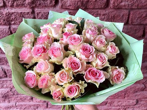35 кенийских роз в оформлении