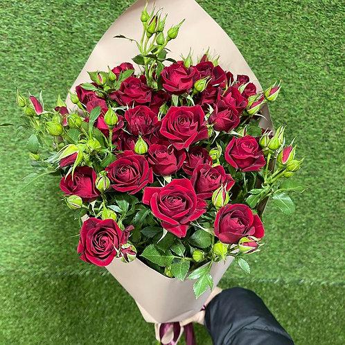 5 кустовых роз 80 см в оформлении