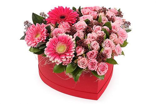 Кустовые розы и герберы в коробке-сердце