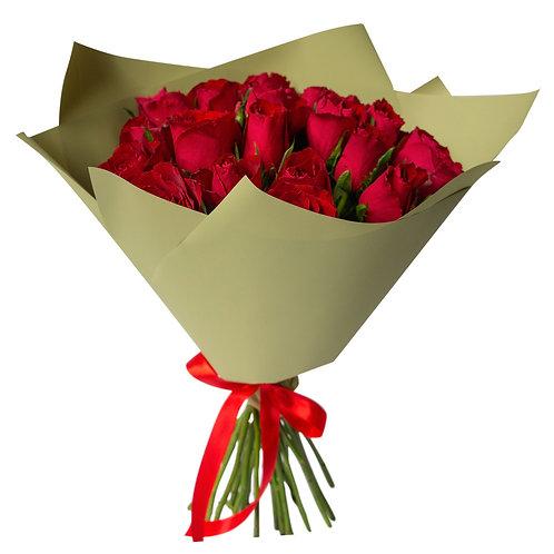 Букет из 25 кенийских роз с оформлением