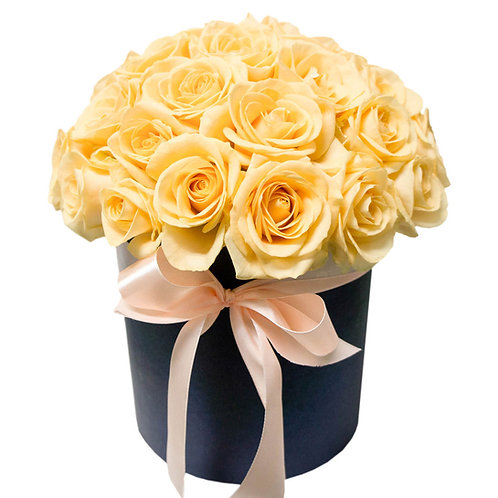 Букет в шляпной коробке из 25 кремовых роз