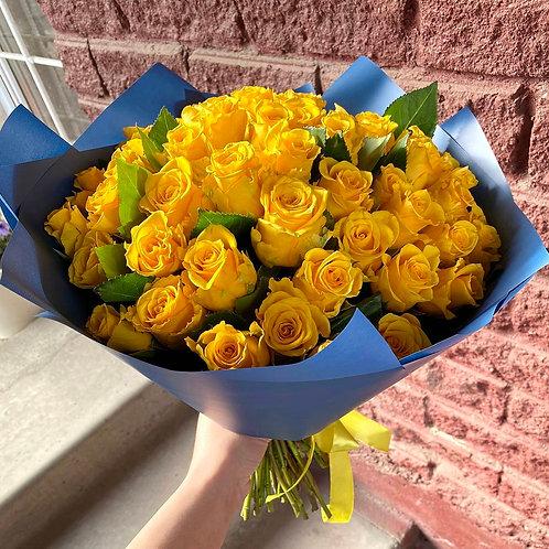 51 желтая кенийская роза в оформлении