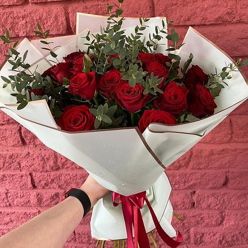 25 роз с эвкалиптом в оформлении.