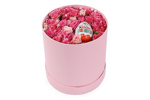 Букет в шляпной коробке из кустовых роз с сюрпризом