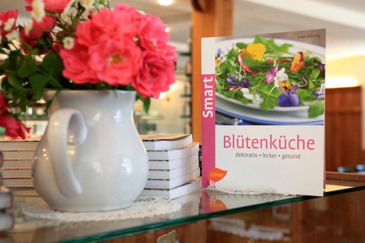 Ausgesuchte Bücher im Café-Laden