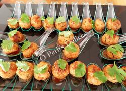 Poulet-Erdnussbällchen