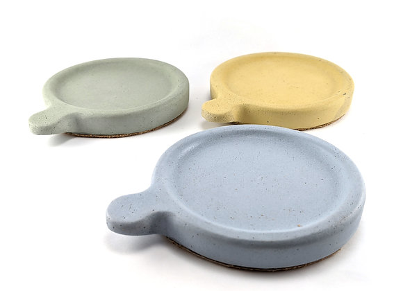 Colored round concrete coaster set of 4 with handle in